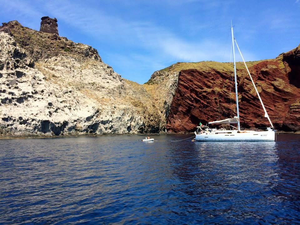 Capraia in barca a vela alla torre dello Zenobito