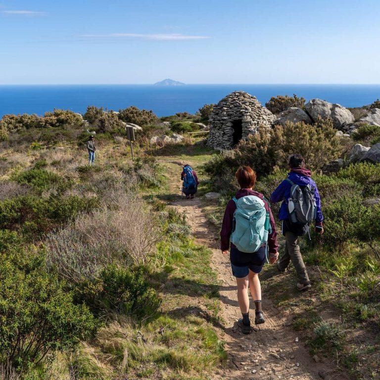 Camminatori sul sentiero Masso alla Quata Elba