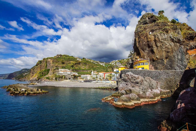 Insenatura e paese sulla costa di Madeira